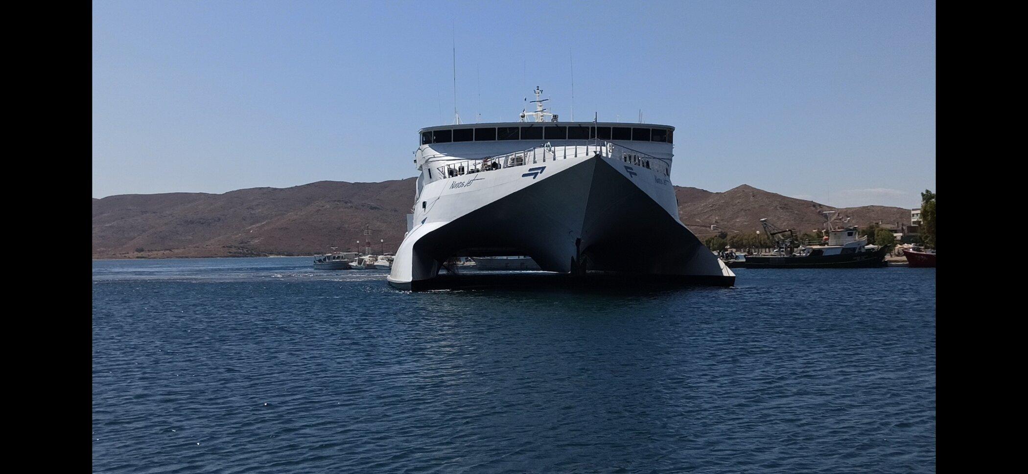 Naxos Jet maneuvering in the port of Karystos